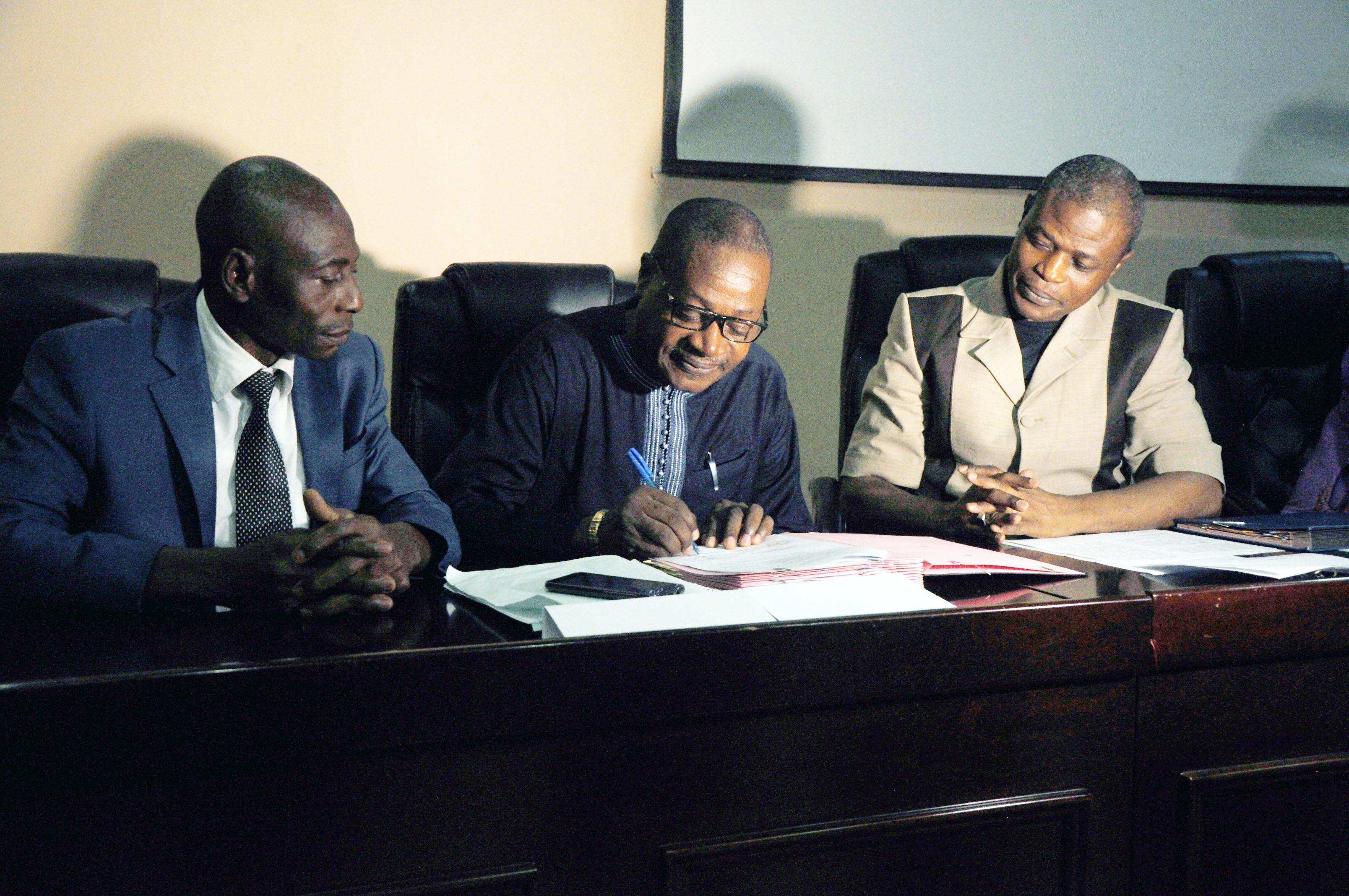 Signature-du-document-par-le-Chargé-de-Programme-CDEL-PO
