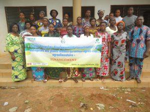 Photo de famille avec les bénéficiaires à Allada