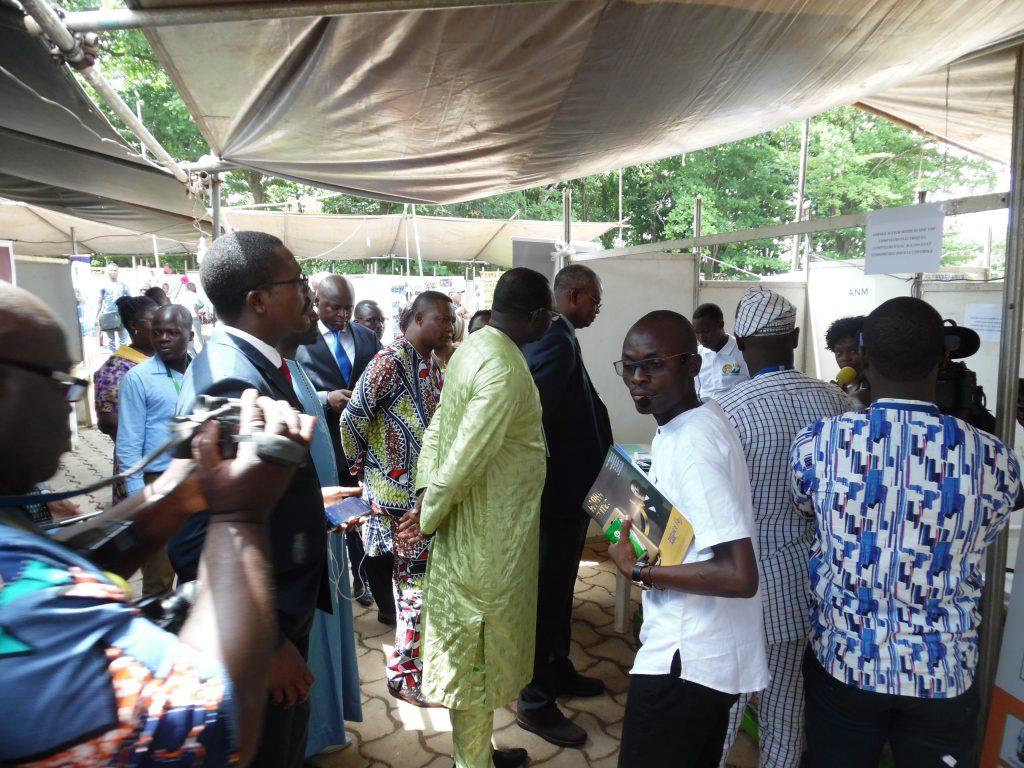 Visite des stands par la délégation