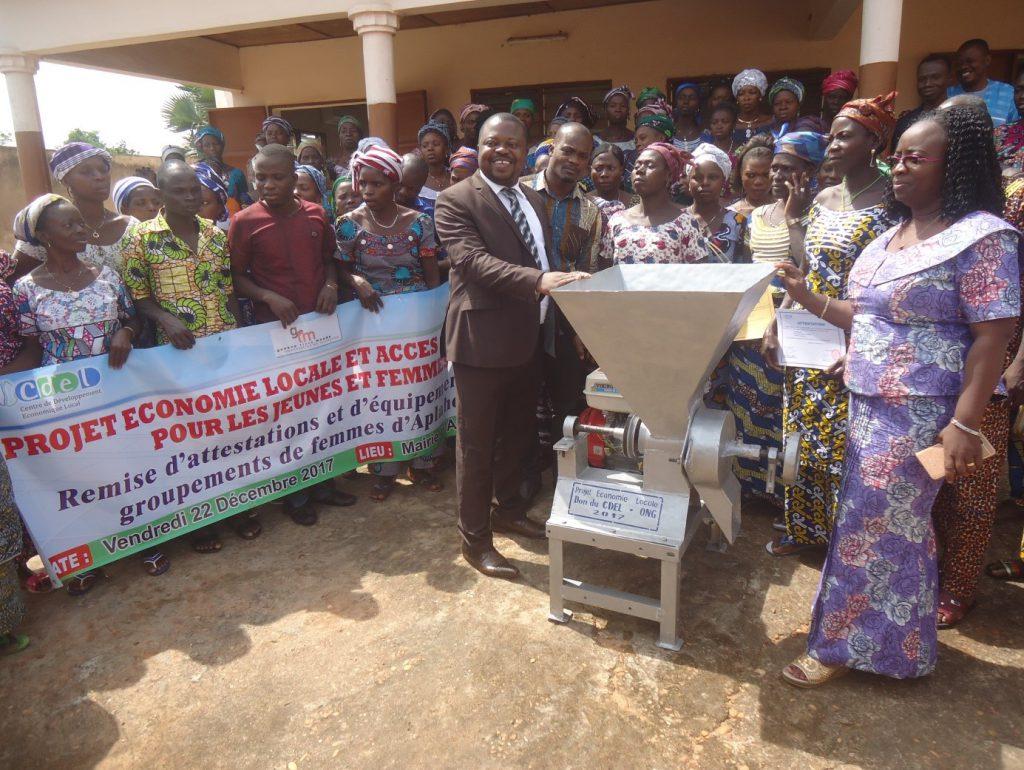 Remise de la machine de transformation agricole aux femmes par le maire d'Aplahoué Casimir SOSSOU et la Directrice Exécutive de CDEL ONG Aline DATO