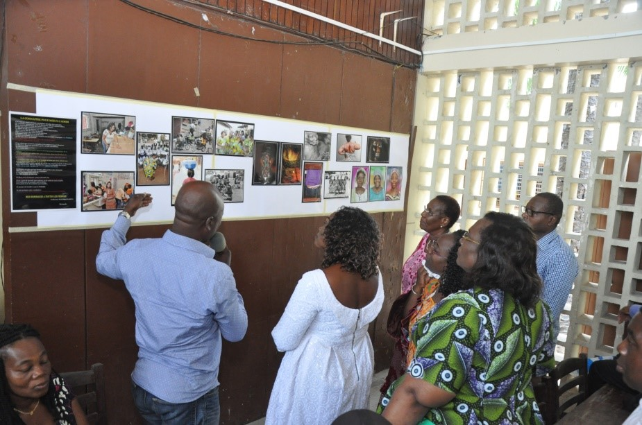 EXPOSITION DE PHOTOS, VISITE DU STAND PAR LES PARTICIPANTS