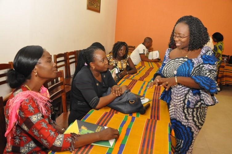 La Directrice exécutive du CDEL Aline DATO en discussion avec les invités