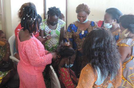 Partage d'expériences entre les membres coiffeuses de l'association ESPOIR sur la réalisation de la tresse « Tire-Bouchon Crochet AHIZI ».